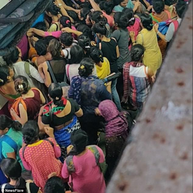 Cảnh tượng chen lấn xô đẩy nguy hiểm đến khó tin tại ga tàu hỏa Ấn Độ giờ cao điểm - Ảnh 3.