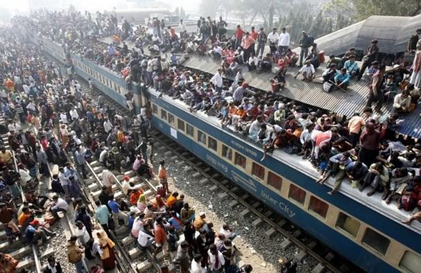 Cảnh tượng chen lấn xô đẩy nguy hiểm đến khó tin tại ga tàu hỏa Ấn Độ giờ cao điểm - Ảnh 5.