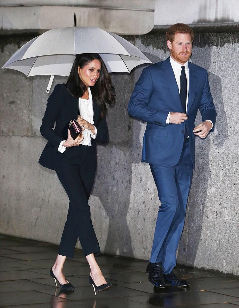 Dù rất đẹp nhưng đây lại là kiểu trang phục hoàng tử Harry không muốn vợ mình mặc - Ảnh 3.