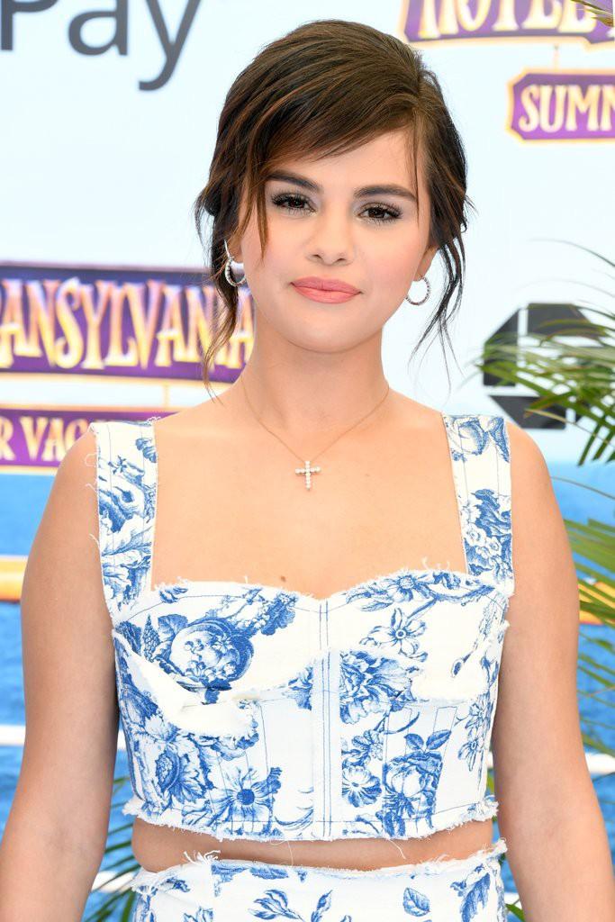 Mang cùng một kiểu họa tiết hoa nhưng chiếc váy của Công nương Meghan Markle lại đắt gấp đôi của Selena Gomez - Ảnh 1.