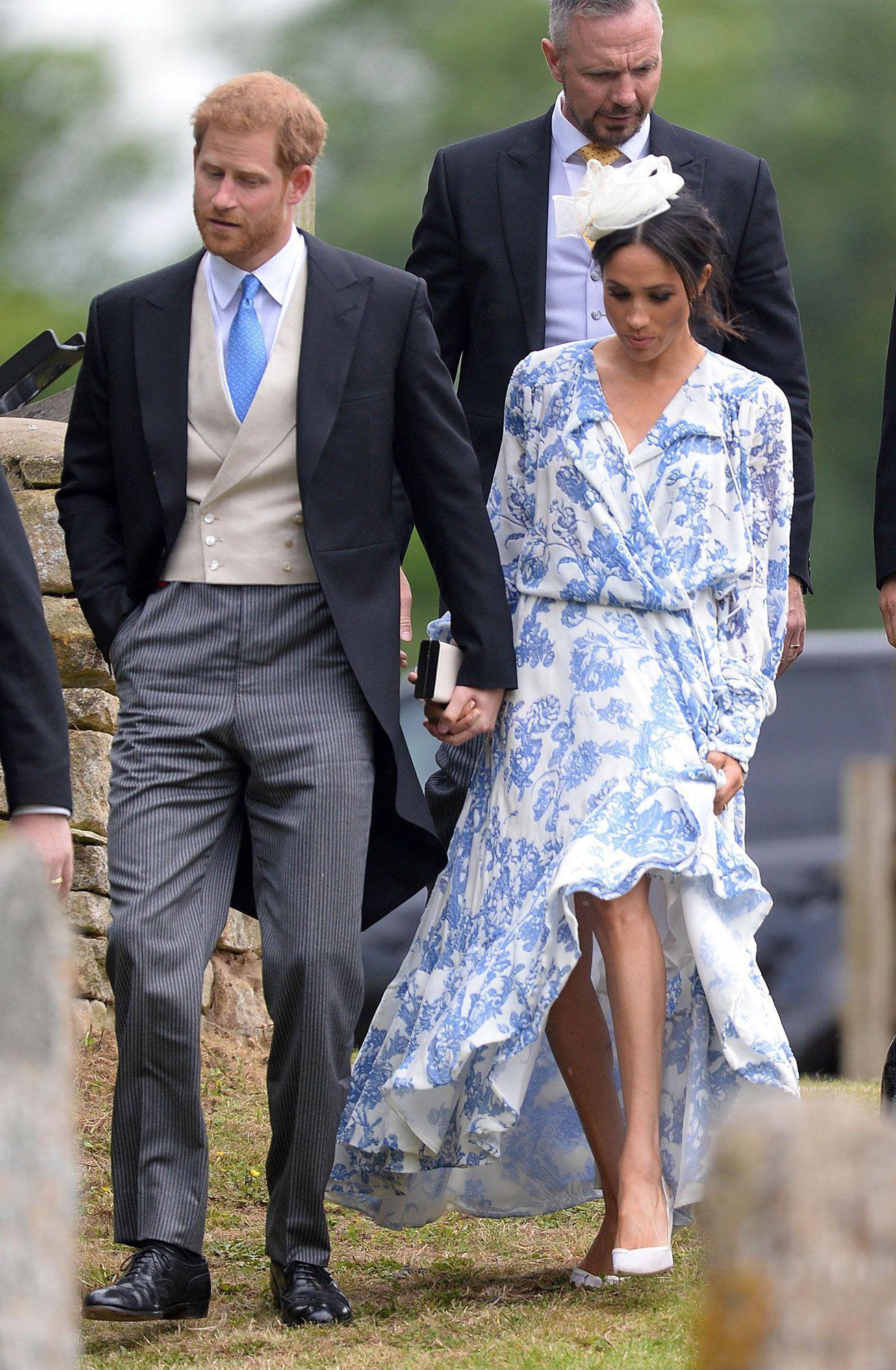 Mang cùng một kiểu họa tiết hoa nhưng chiếc váy của Công nương Meghan Markle lại đắt gấp đôi của Selena Gomez - Ảnh 3.