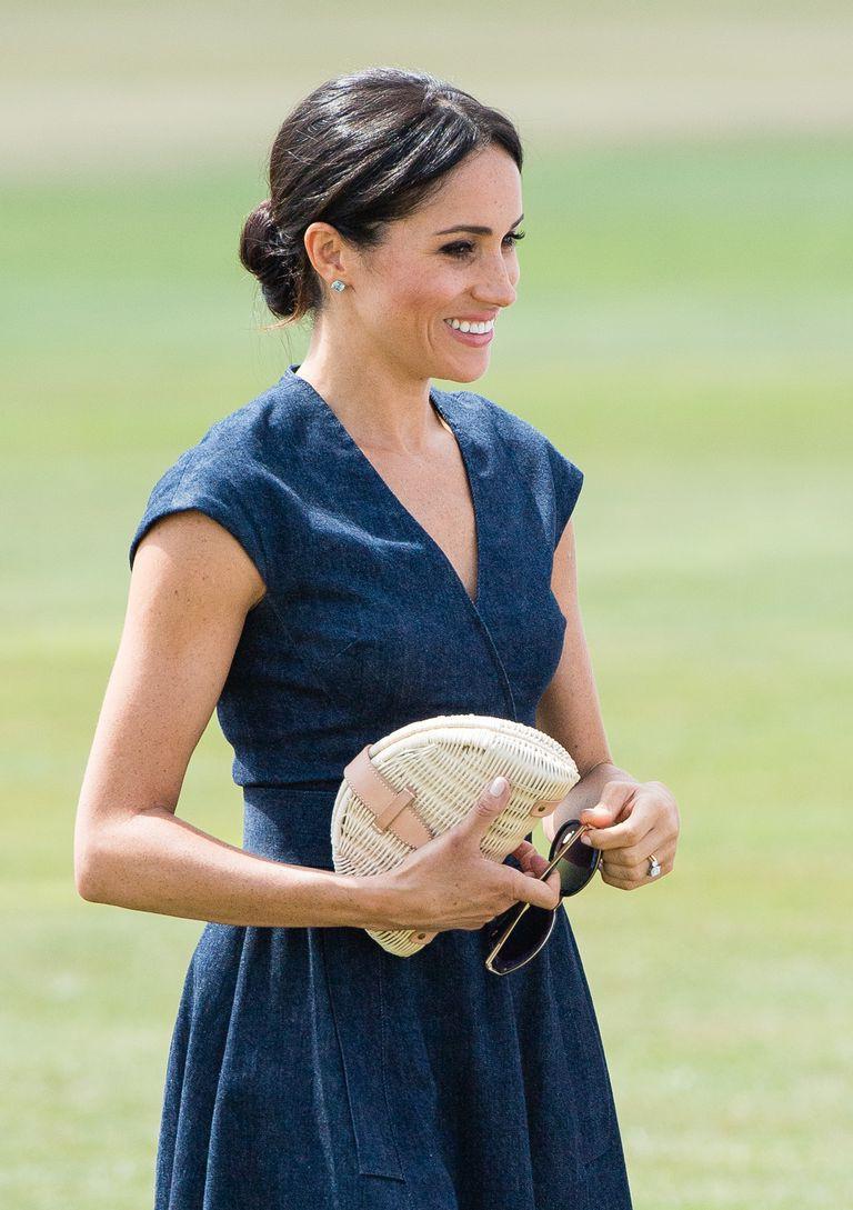 Chiếc clutch tay bằng cói chỉ hơn 700 ngàn có gì đặc biệt mà cả em dâu lẫn em gái của Công nương Kate đều mê  - Ảnh 2.