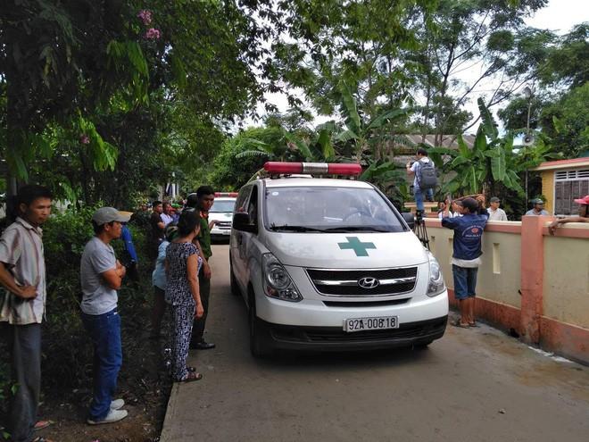 Người thân khóc ngất khi đón 13 xe cứu thương chở thi thể các nạn nhân vụ tai nạn xe rước dâu thảm khốc về quê nhà - Ảnh 1.
