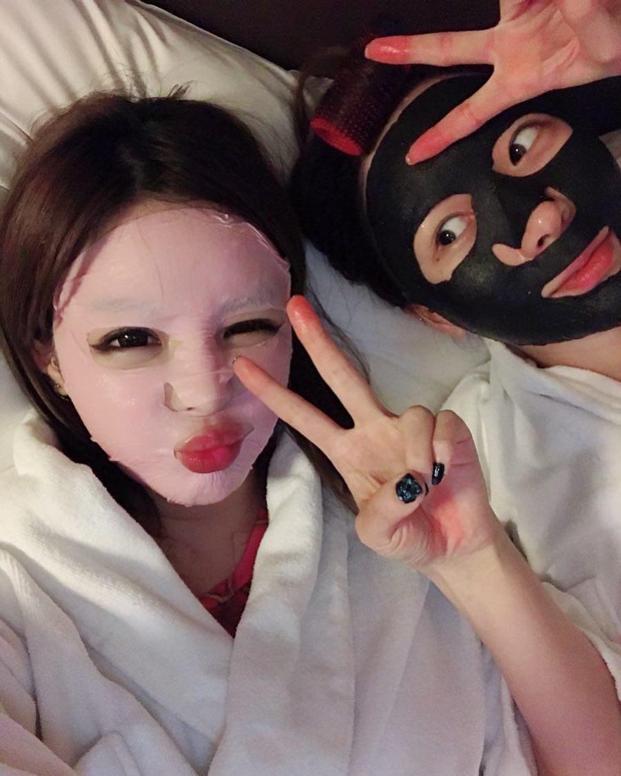 Park Bom tiếp tục bị netizen vùi dập vì khoe ảnh đắp mặt nạ khi vẫn còn trang điểm đậm - Ảnh 2.