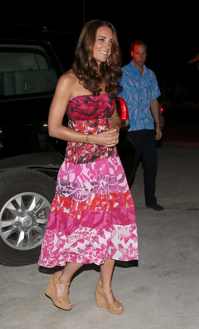 Chỉ cần Nữ hoàng Anh có mặt, công nương Kate Middleton sẽ không bao giờ đi kiểu giày này - Ảnh 4.