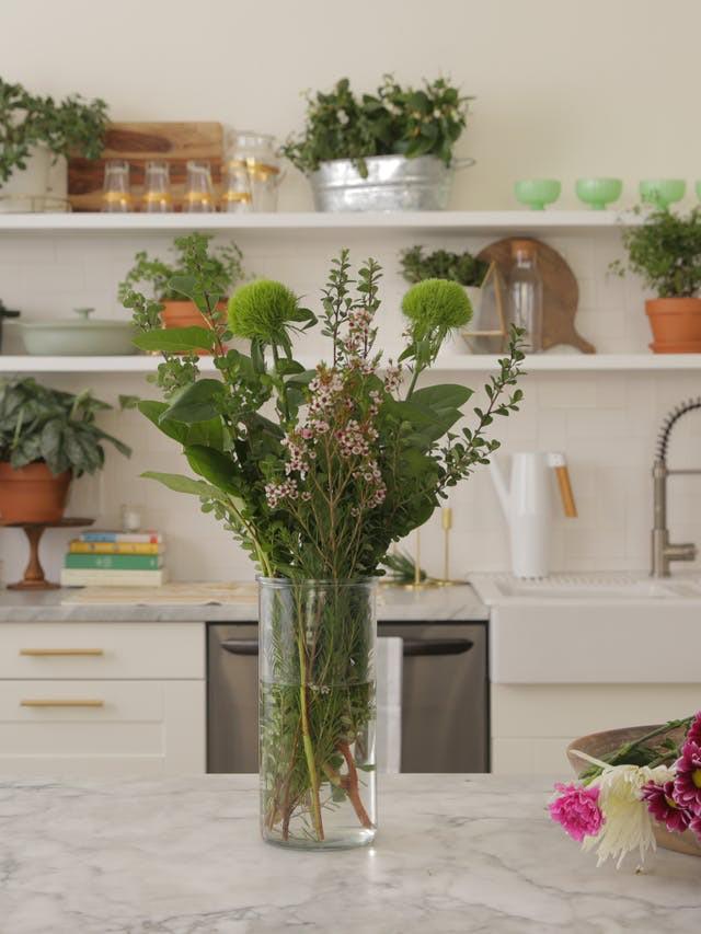 3 cách cắm hoa vừa đơn giản lại vừa đẹp khiến ai cũng phải xuýt xoa - Ảnh 2.