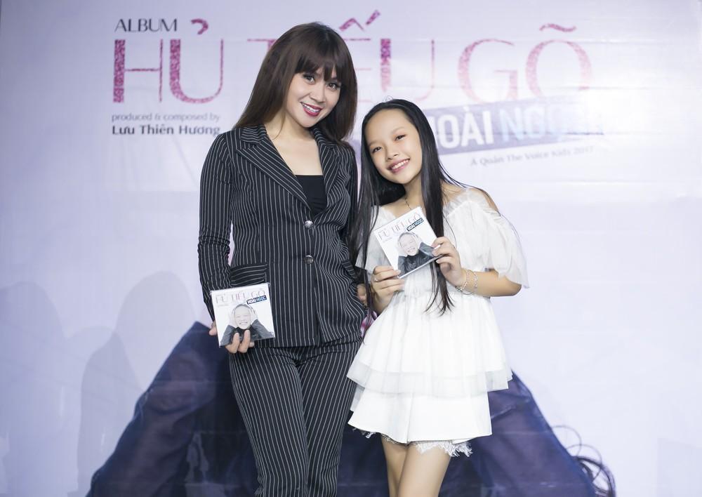 Con gái nuôi Soobin Hoàng Sơn xinh xắn tạo dáng bên bố và Lưu Thiên Hương - Ảnh 1.
