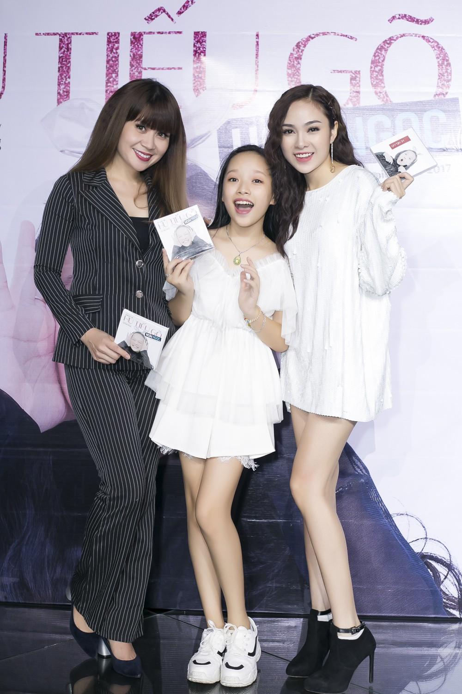 Con gái nuôi Soobin Hoàng Sơn xinh xắn tạo dáng bên bố và Lưu Thiên Hương - Ảnh 7.
