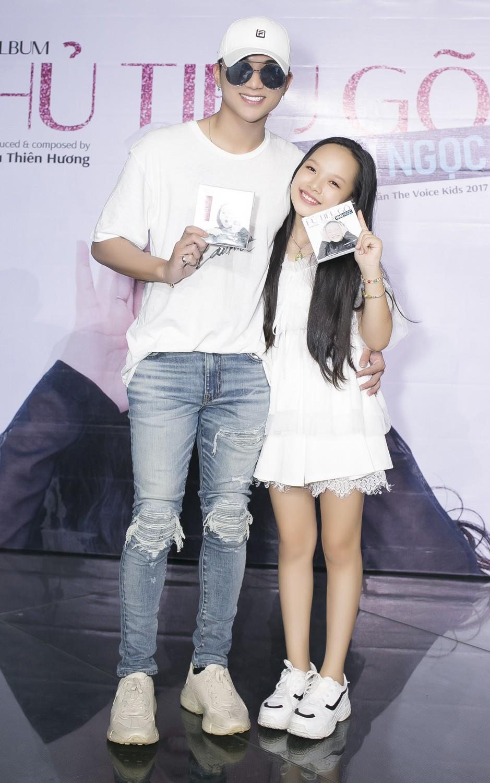 Con gái nuôi Soobin Hoàng Sơn xinh xắn tạo dáng bên bố và Lưu Thiên Hương - Ảnh 2.