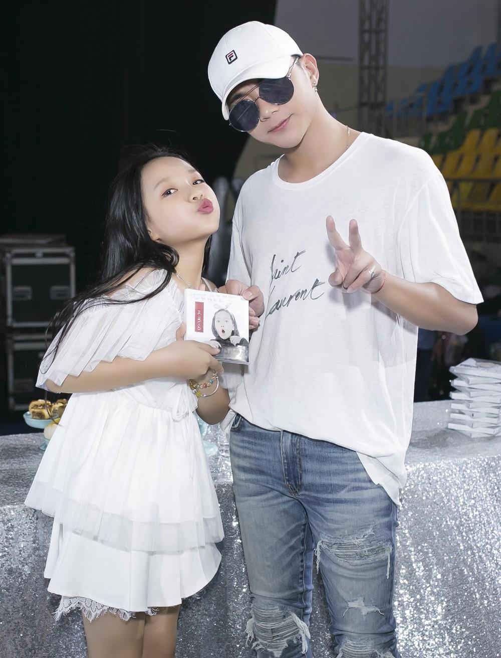 Con gái nuôi Soobin Hoàng Sơn xinh xắn tạo dáng bên bố và Lưu Thiên Hương - Ảnh 3.
