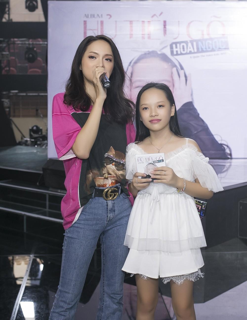 Con gái nuôi Soobin Hoàng Sơn xinh xắn tạo dáng bên bố và Lưu Thiên Hương - Ảnh 6.
