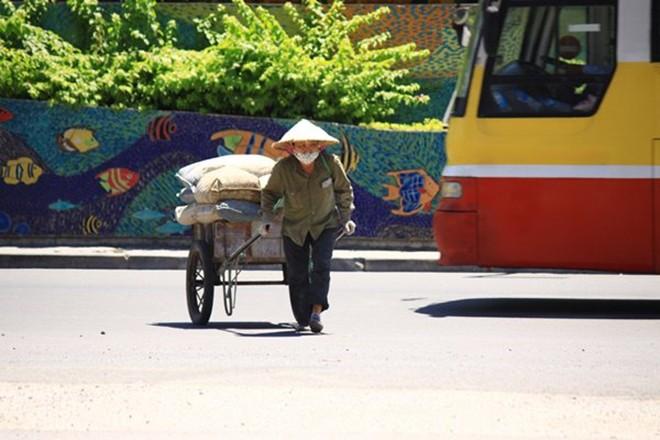 Xót xa hình ảnh cụ bà áo rách, nón lá tả tơi nhọc nhằn nghỉ trưa dưới cái nóng 40 độ - Ảnh 3.