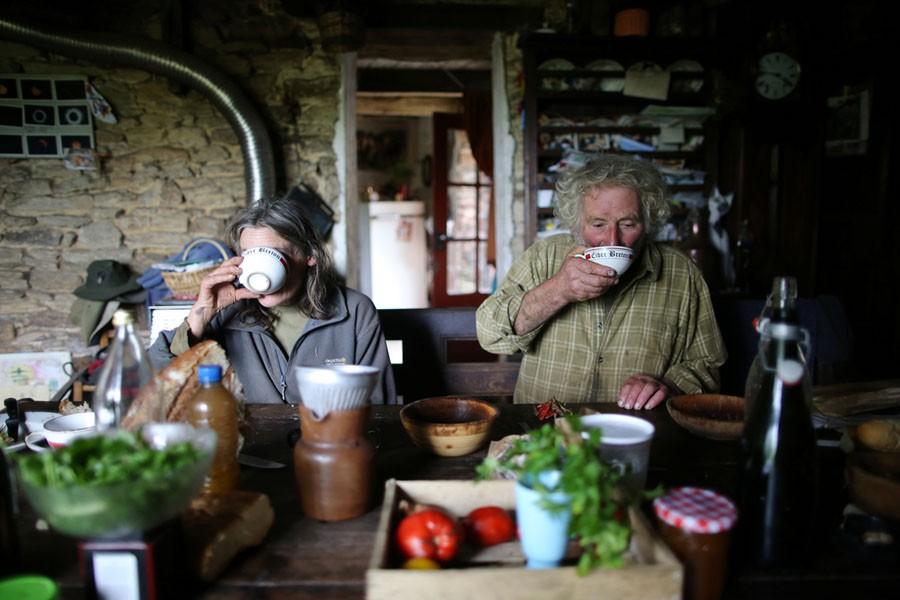 Cuộc sống nông trại yên bình, không sử dụng máy móc công nghiệp của đôi vợ chồng già - Ảnh 4.