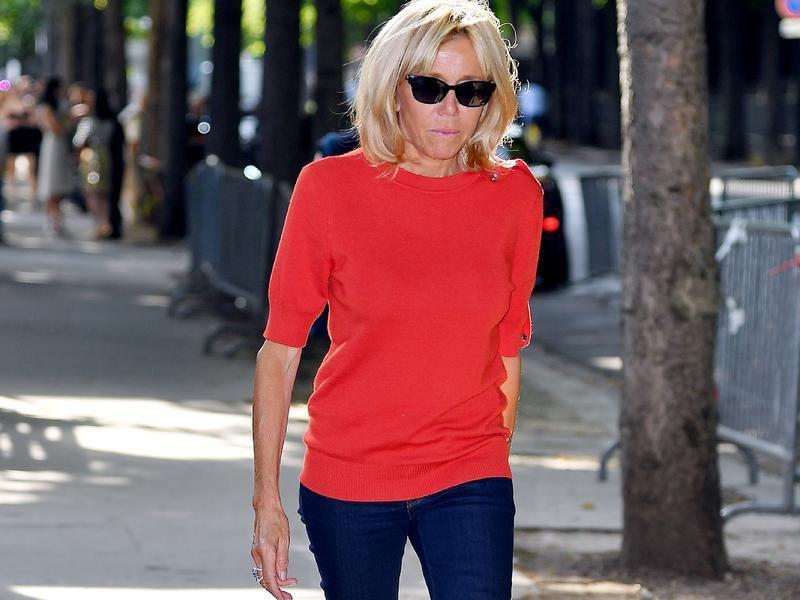 Chẳng váy vóc điệu đà hay mặt dày son phấn, Đệ nhất phu nhân Pháp cứ thế này mà đi fashion week - Ảnh 2.