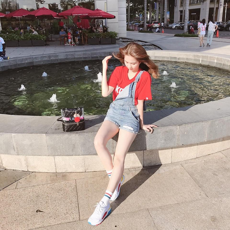 Street style sao Việt tuần này: Hà Hồ - Minh Tú đụng độ ngay thiết kế áo phông trắng giá 300 ngàn - Ảnh 4.