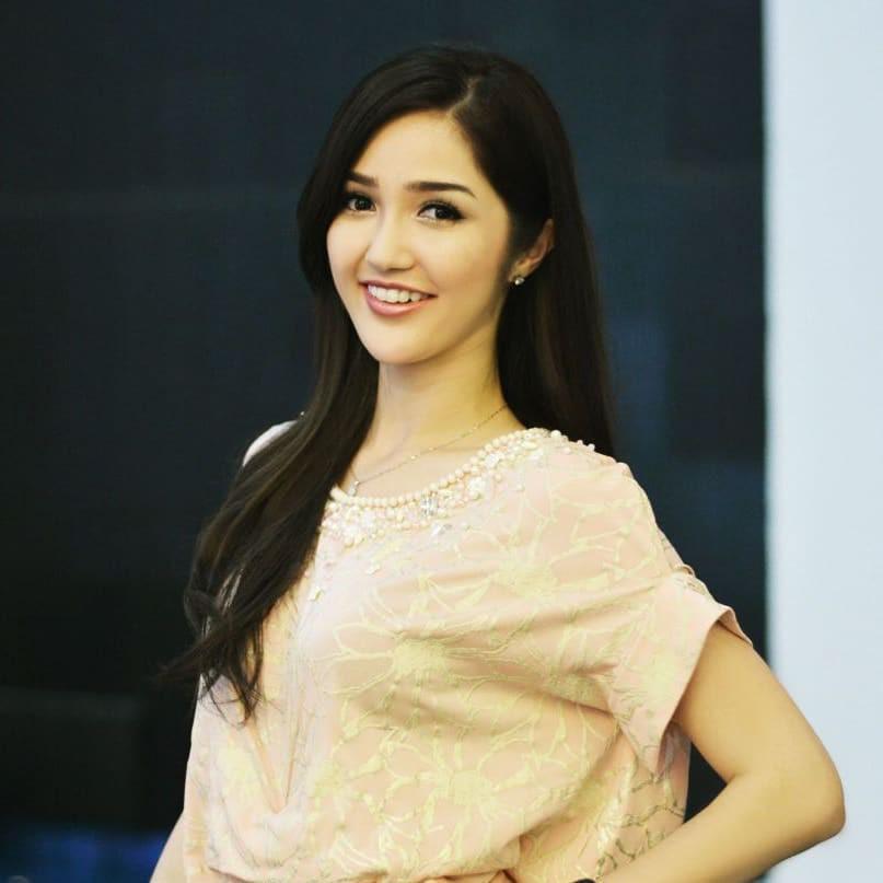 Nhan sắc và phong cách thời trang của Hoa hậu Hoàn vũ Indonesia 2018 được coi là chị em sinh đôi của Bích Phương - Ảnh 15.