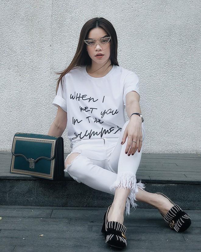 Street style sao Việt tuần này: Hà Hồ - Minh Tú đụng độ ngay thiết kế áo phông trắng giá 300 ngàn - Ảnh 1.