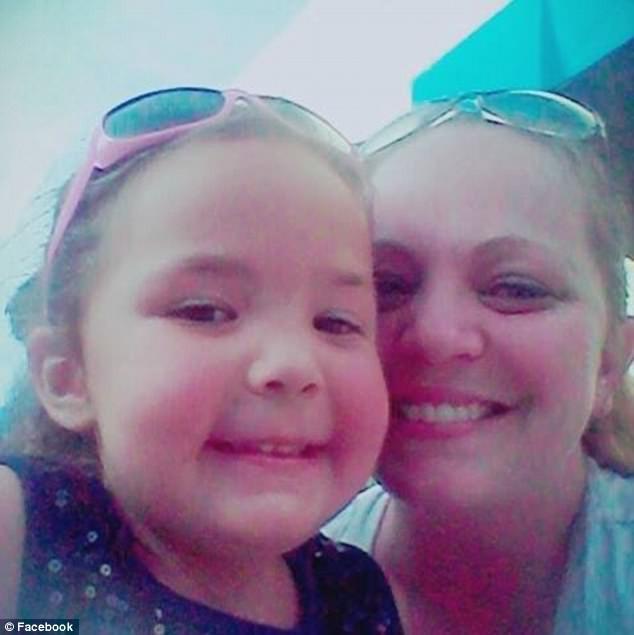 Chơi cầu trượt dưới cái nóng như thiêu như đốt, bé gái 4 tuổi bị bỏng toạc cả da - Ảnh 4.