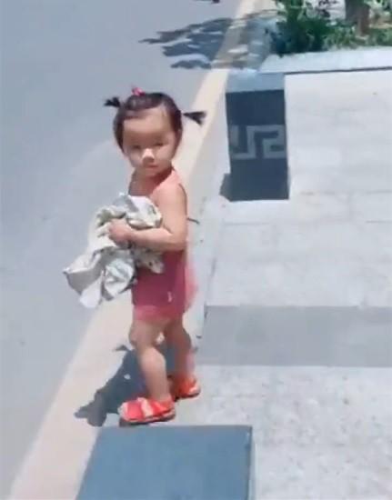 Thấy mẹ xếp đồ cho bố đi công tác, bé gái ôm quần áo lẽo đẽo chạy theo khiến dân mạng cười nghiêng ngả - Ảnh 2.