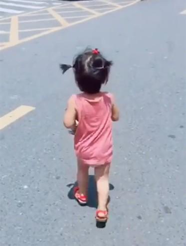 Thấy mẹ xếp đồ cho bố đi công tác, bé gái ôm quần áo lẽo đẽo chạy theo khiến dân mạng cười nghiêng ngả - Ảnh 4.