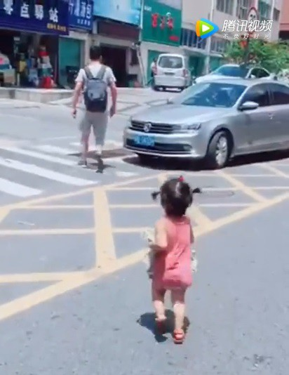 Thấy mẹ xếp đồ cho bố đi công tác, bé gái ôm quần áo lẽo đẽo chạy theo khiến dân mạng cười nghiêng ngả - Ảnh 5.