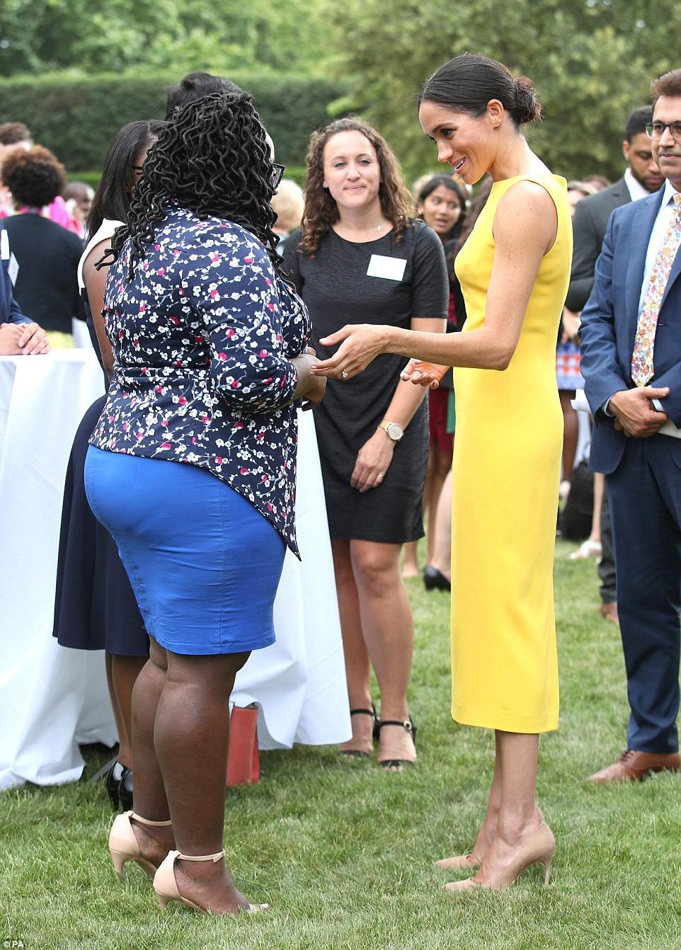 Không đi cùng Nữ hoàng, Meghan Markle chiếm trọn spotlight với váy vàng nổi bật bắt kịp trend hè năm nay - Ảnh 6.