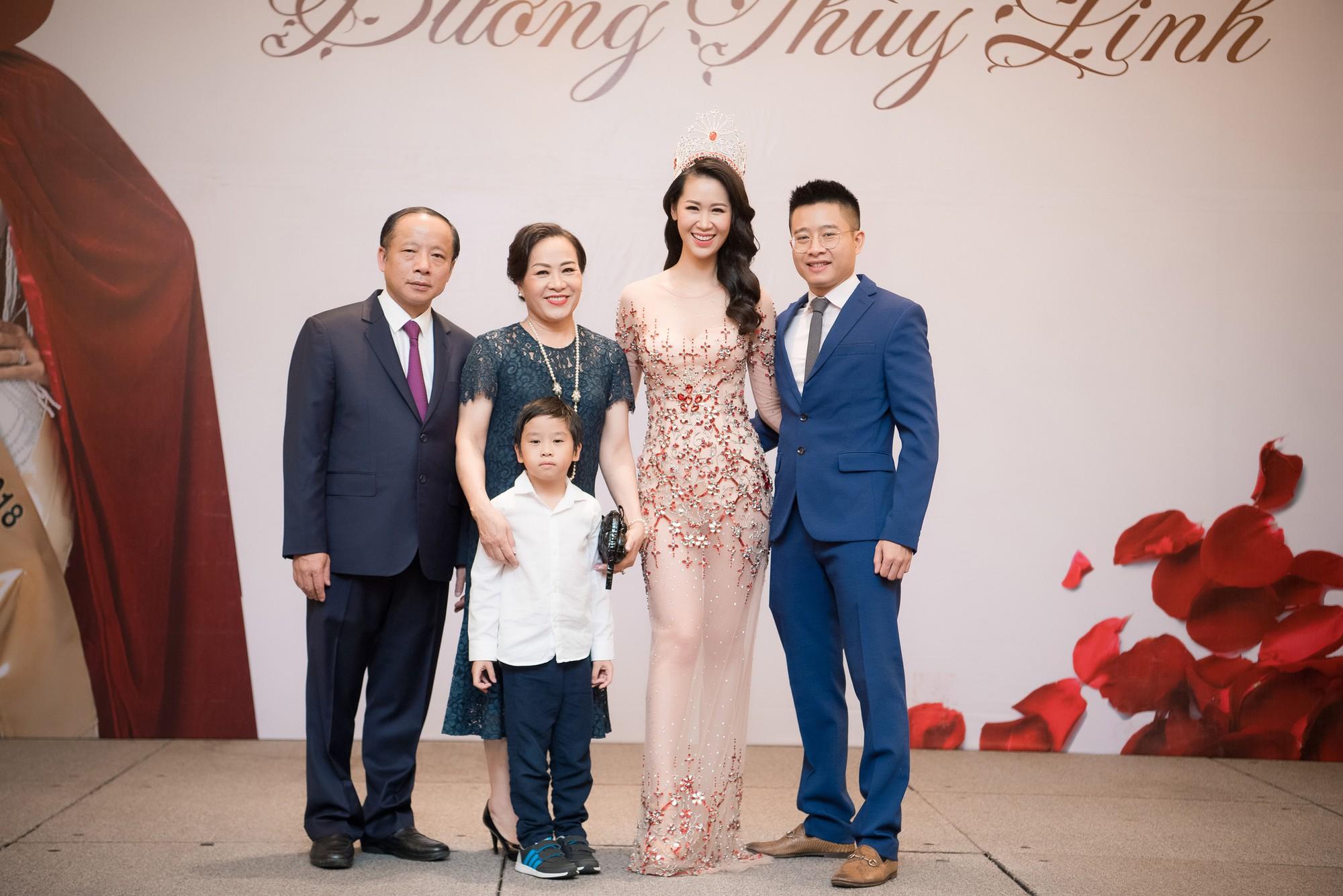 Dương Thùy Linh kể về cái ôm sau cánh gà trước khi được xướng tên Hoa hậu Quý bà toàn thế giới 2018 - Ảnh 8.