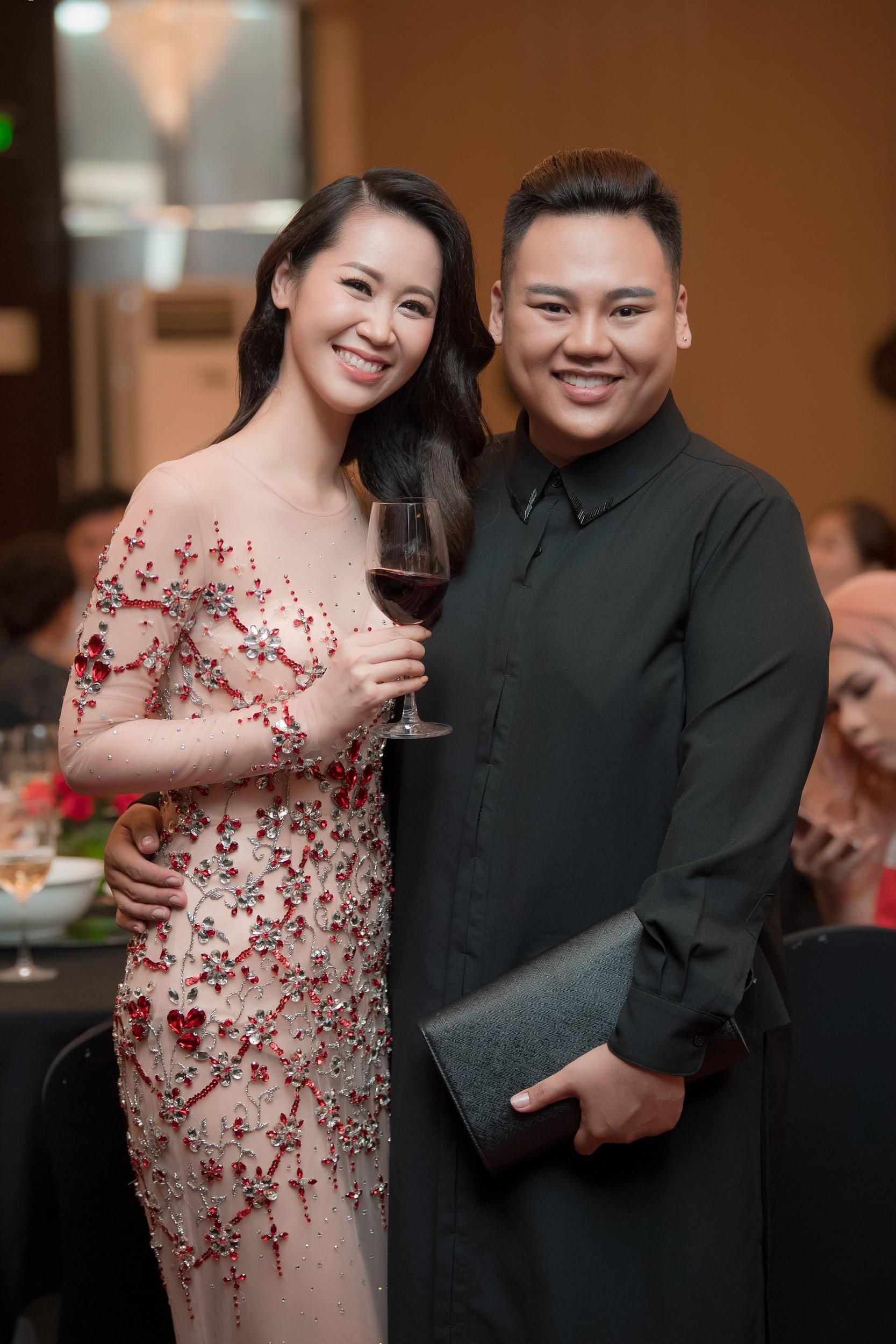 Dương Thùy Linh kể về cái ôm sau cánh gà trước khi được xướng tên Hoa hậu Quý bà toàn thế giới 2018 - Ảnh 10.