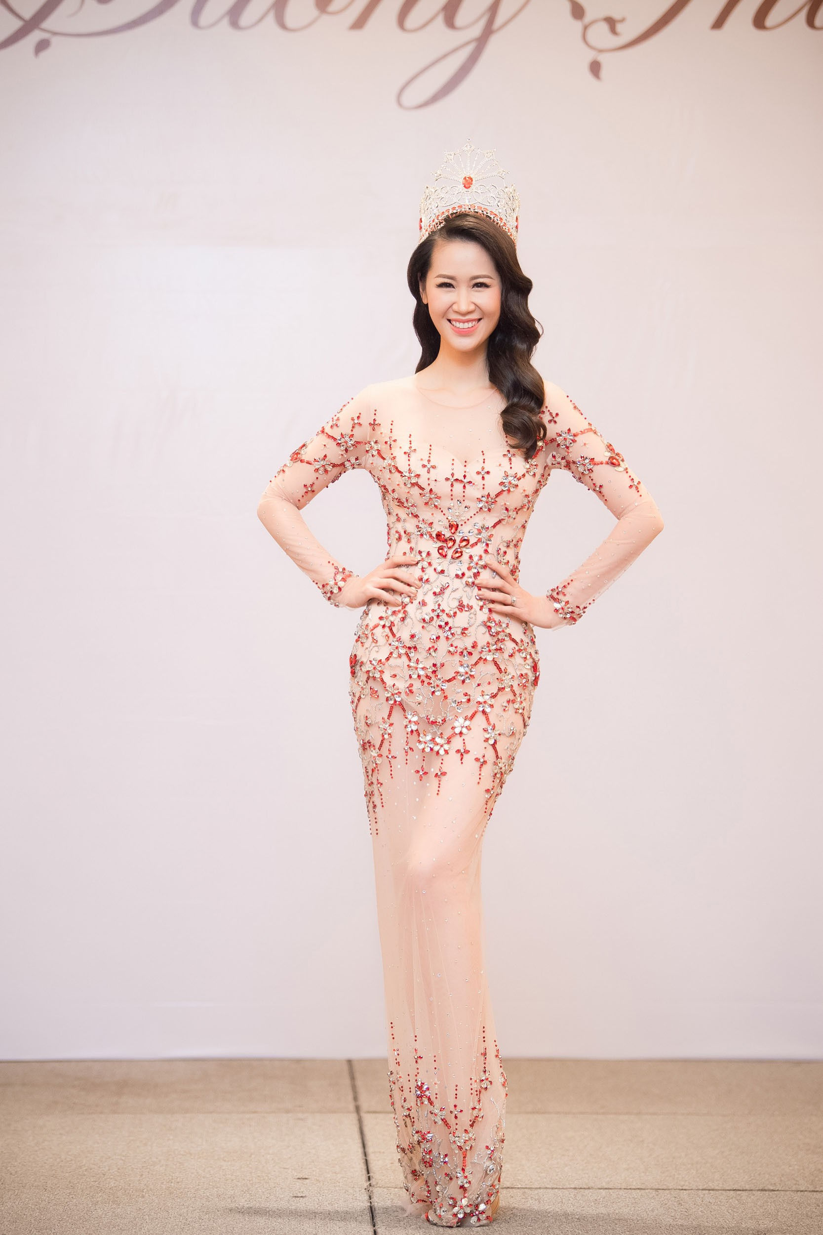 Dương Thùy Linh kể về cái ôm sau cánh gà trước khi được xướng tên Hoa hậu Quý bà toàn thế giới 2018 - Ảnh 1.