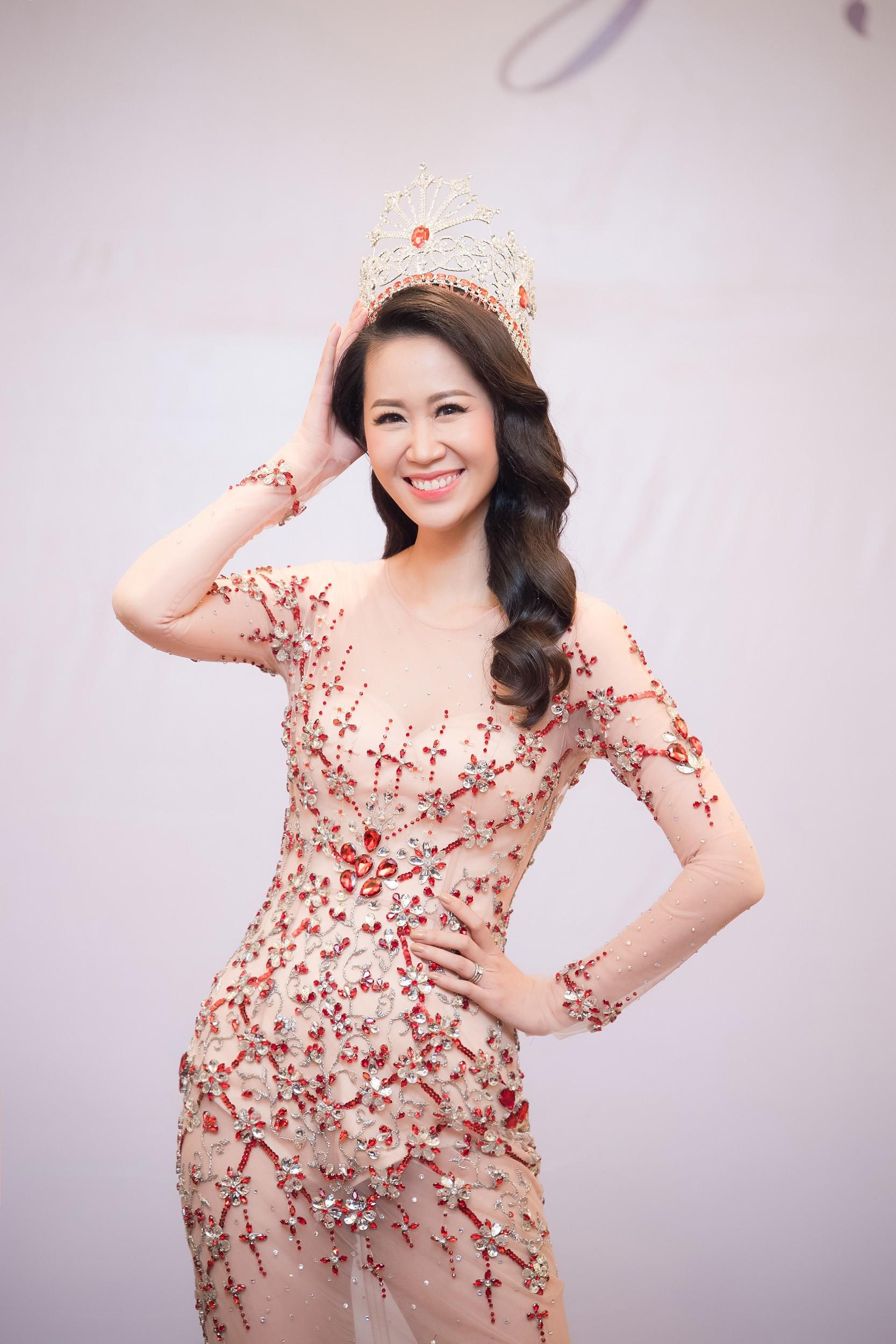 Dương Thùy Linh kể về cái ôm sau cánh gà trước khi được xướng tên Hoa hậu Quý bà toàn thế giới 2018 - Ảnh 3.