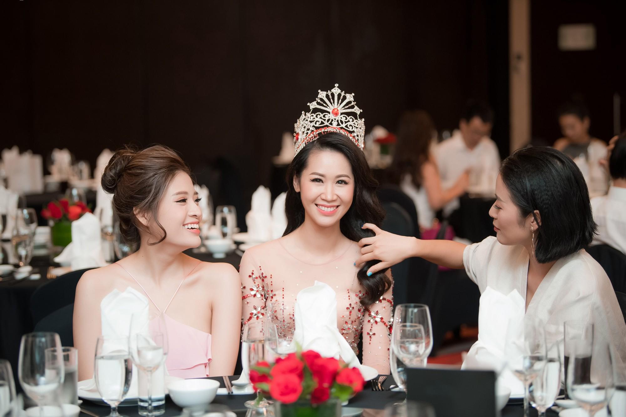 Dương Thùy Linh kể về cái ôm sau cánh gà trước khi được xướng tên Hoa hậu Quý bà toàn thế giới 2018 - Ảnh 12.