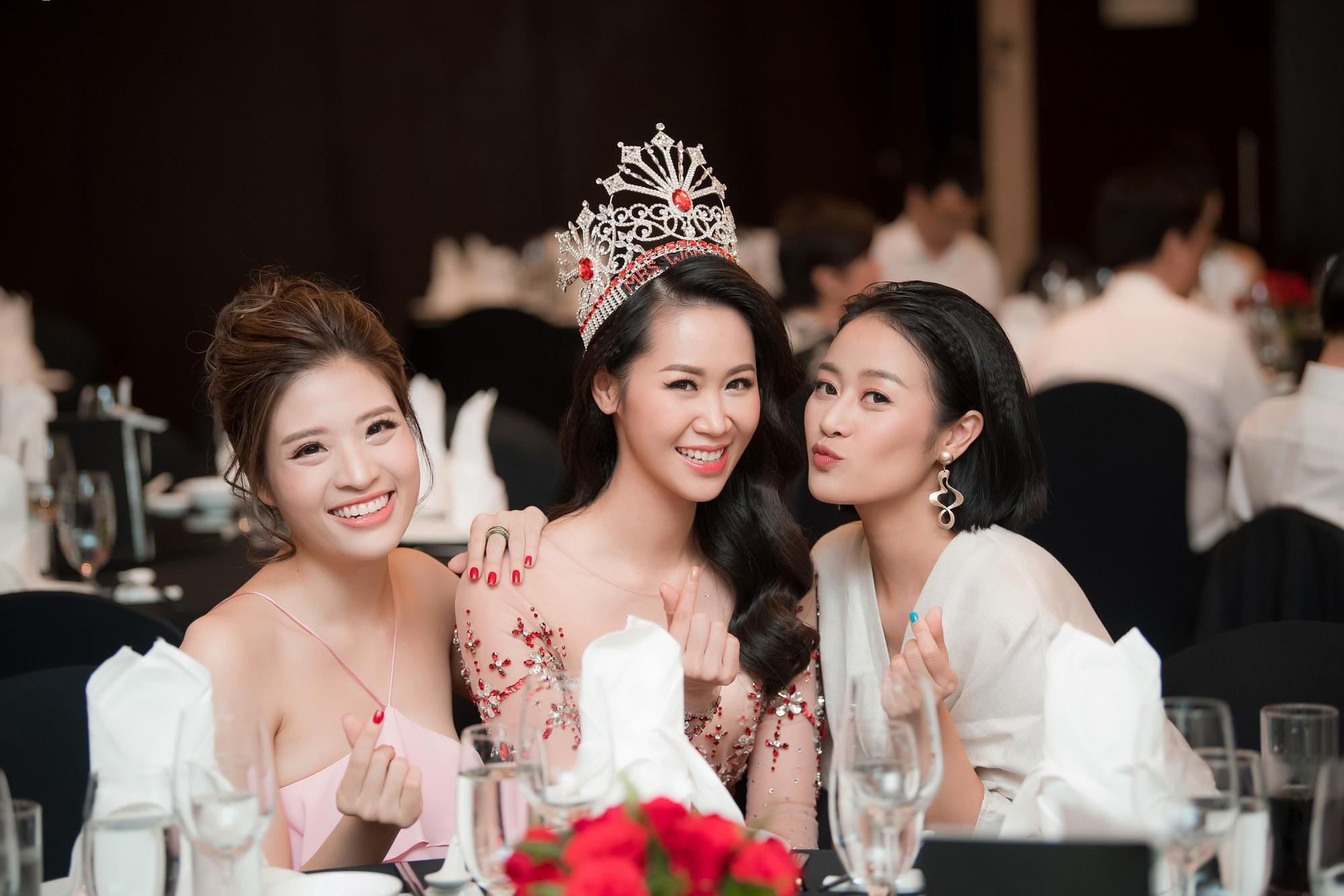 Dương Thùy Linh kể về cái ôm sau cánh gà trước khi được xướng tên Hoa hậu Quý bà toàn thế giới 2018 - Ảnh 13.