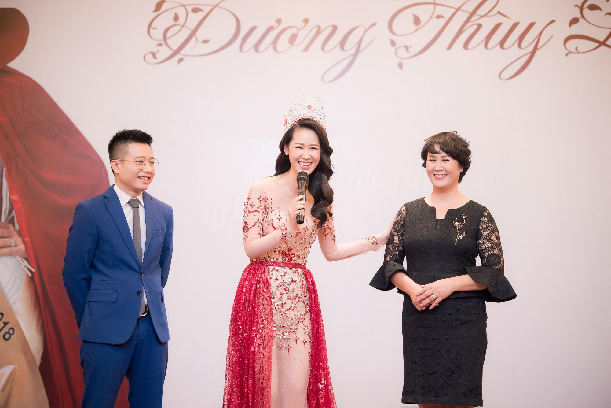 Dương Thùy Linh kể về cái ôm sau cánh gà trước khi được xướng tên Hoa hậu Quý bà toàn thế giới 2018 - Ảnh 7.