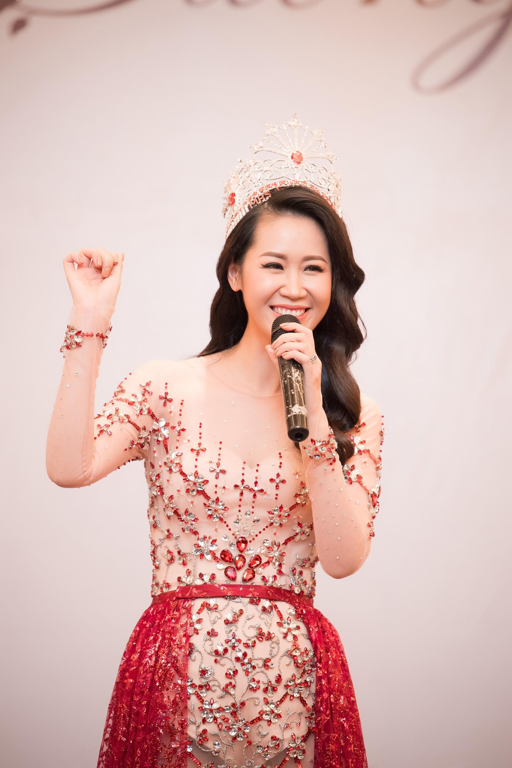 Dương Thùy Linh kể về cái ôm sau cánh gà trước khi được xướng tên Hoa hậu Quý bà toàn thế giới 2018 - Ảnh 4.
