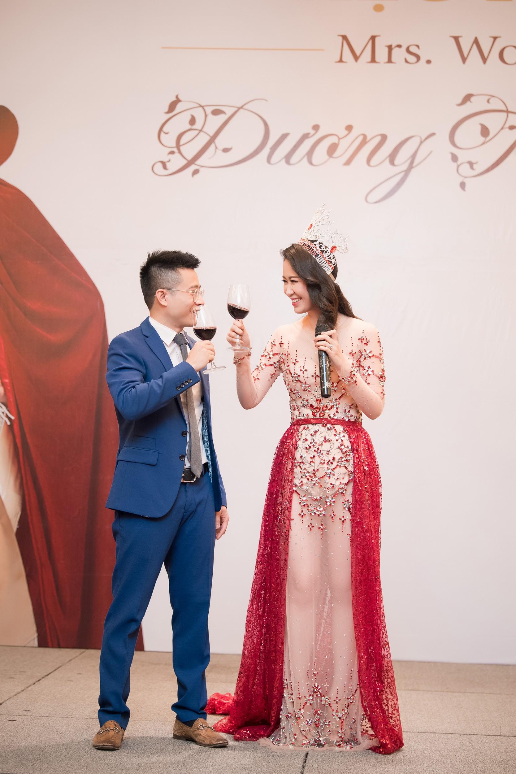 Dương Thùy Linh kể về cái ôm sau cánh gà trước khi được xướng tên Hoa hậu Quý bà toàn thế giới 2018 - Ảnh 5.