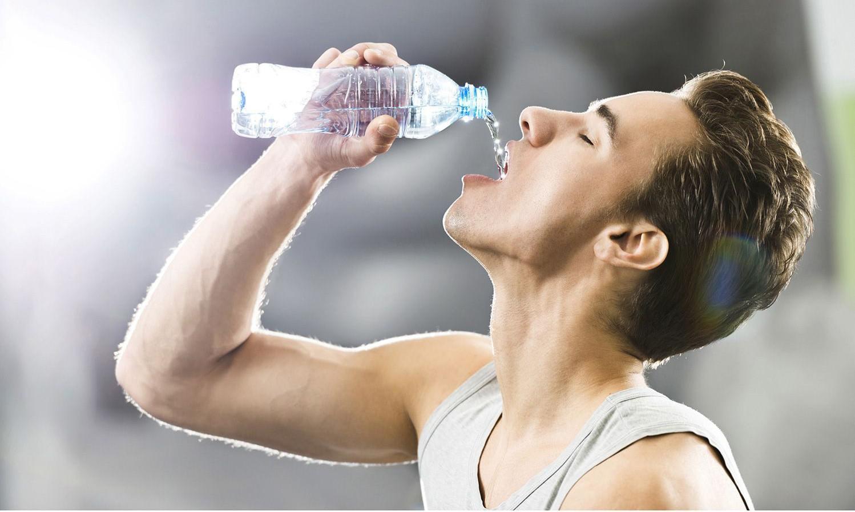 Dấu hiệu tiết lộ cơ thể đang mất nước nghiêm trọng cho dù bạn không thấy khát - Ảnh 1.