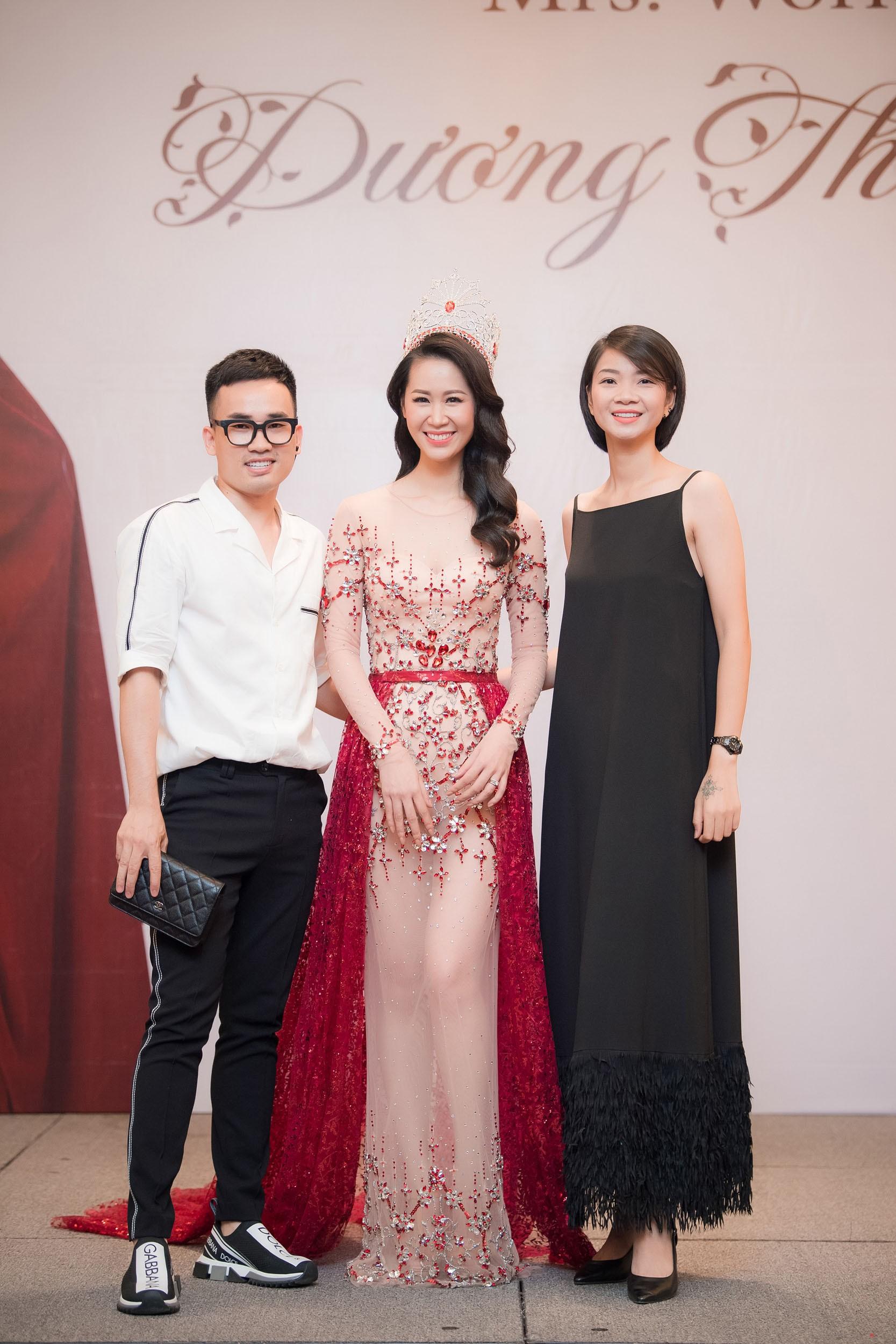 Dương Thùy Linh kể về cái ôm sau cánh gà trước khi được xướng tên Hoa hậu Quý bà toàn thế giới 2018 - Ảnh 16.