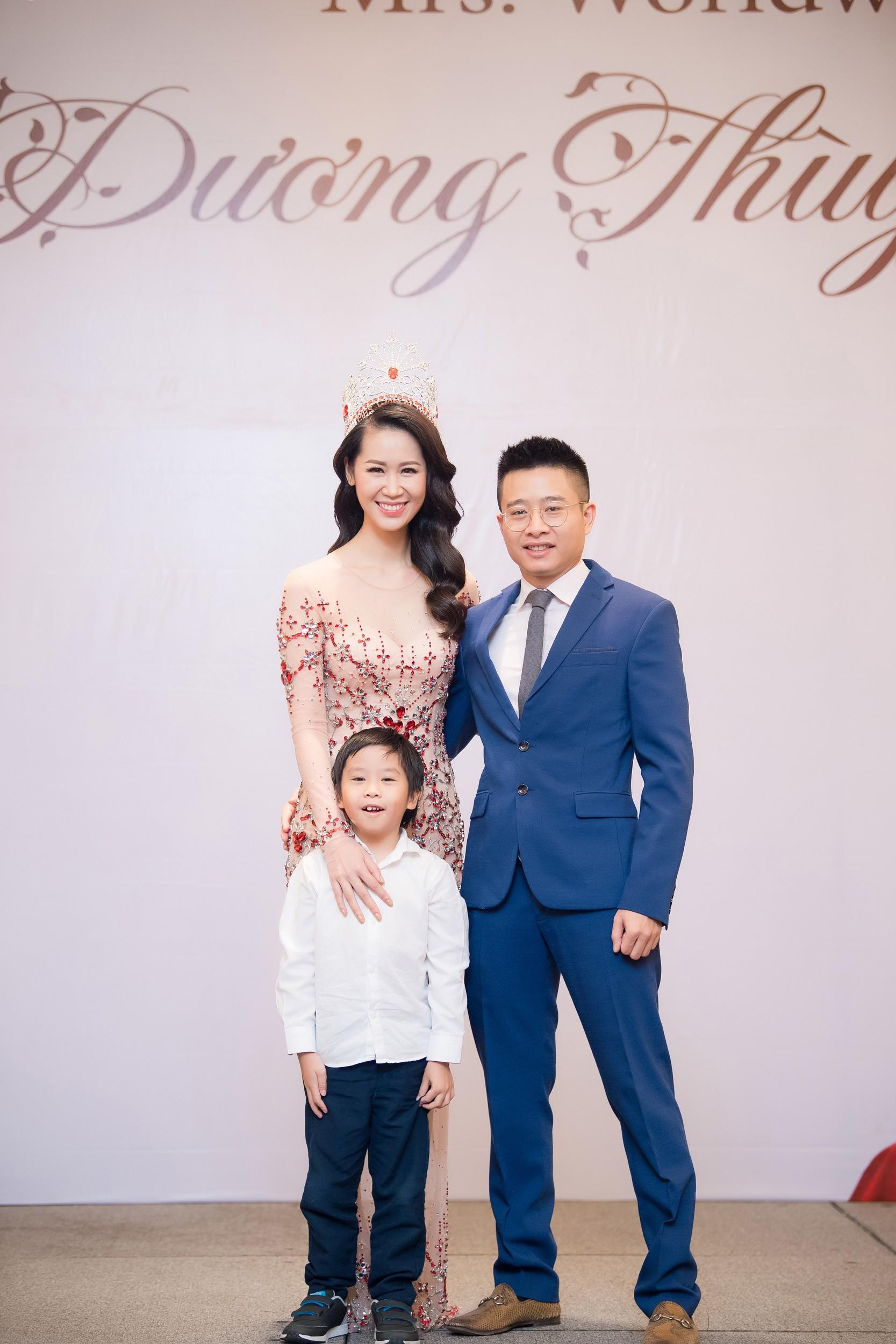 Dương Thùy Linh kể về cái ôm sau cánh gà trước khi được xướng tên Hoa hậu Quý bà toàn thế giới 2018 - Ảnh 6.