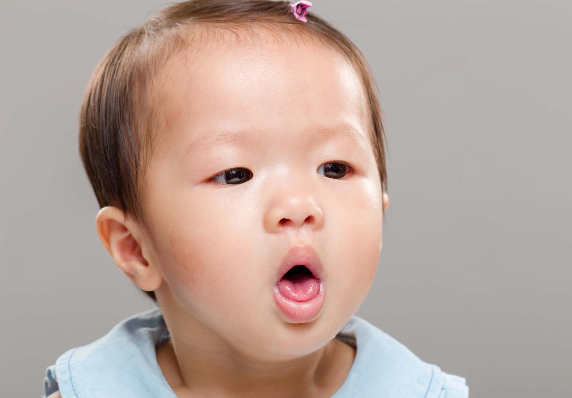 Con gái 1 tuổi ho mãi không dứt, bố mẹ đưa đến bệnh viện khám mới rụng rời khi phát hiện thứ đáng sợ trong ngực con - Ảnh 1.