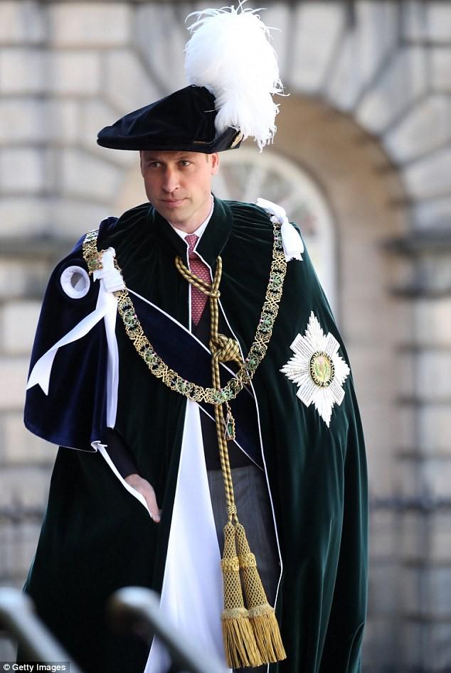 Bình thường màu sắc chói lòa là thế, vậy mà sự kiện này Nữ hoàng Anh lại chọn đồ hoàn toàn trái ngược - Ảnh 8.