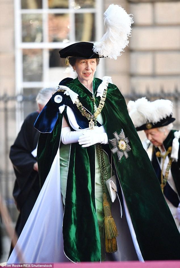 Bình thường màu sắc chói lòa là thế, vậy mà sự kiện này Nữ hoàng Anh lại chọn đồ hoàn toàn trái ngược - Ảnh 9.