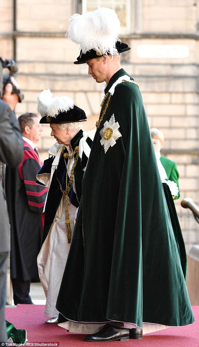 Bình thường màu sắc chói lòa là thế, vậy mà sự kiện này Nữ hoàng Anh lại chọn đồ hoàn toàn trái ngược - Ảnh 5.