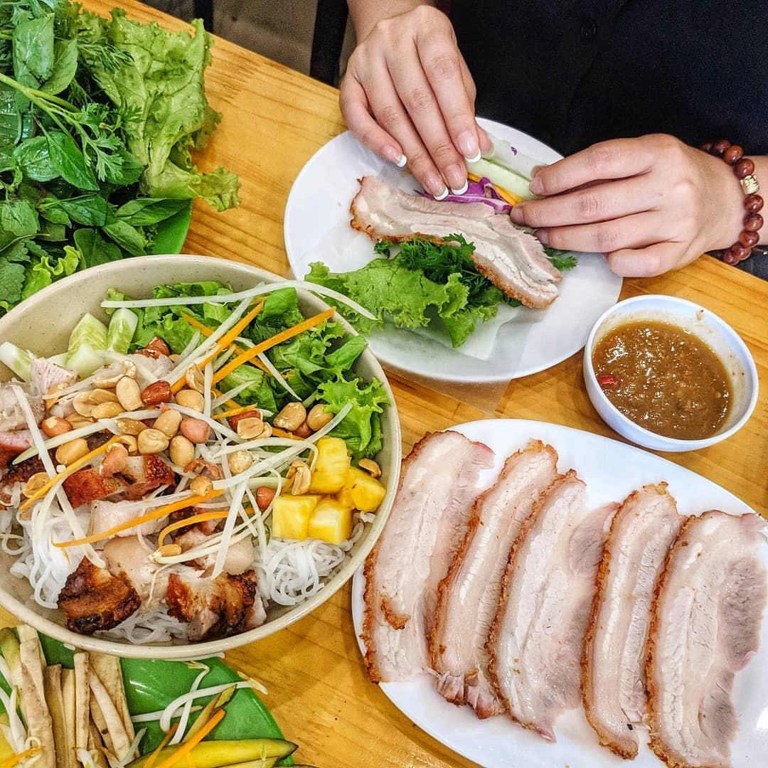 4 địa chỉ bánh tráng cuốn thịt heo ngon, giá bình dân cho những ngày Hà Nội mưa nắng thất thường - Ảnh 2.