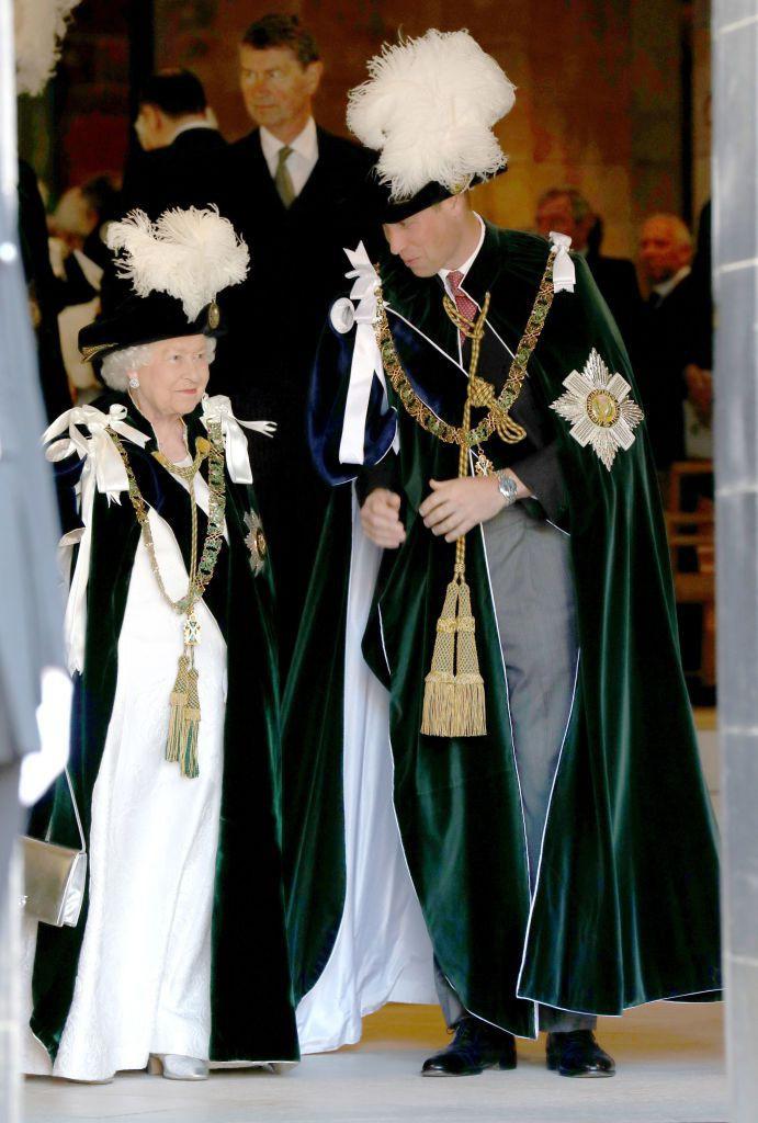 Bình thường màu sắc chói lòa là thế, vậy mà sự kiện này Nữ hoàng Anh lại chọn đồ hoàn toàn trái ngược - Ảnh 4.