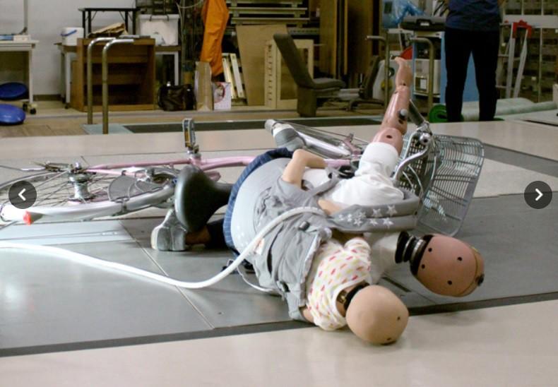 Tai nạn thương tâm đến bất ngờ mà các bà mẹ thường địu em bé hay chủ quan - Ảnh 4.