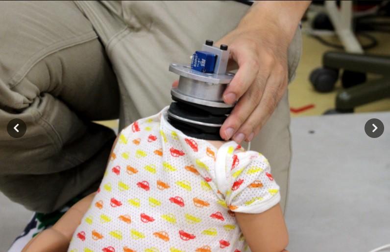 Tai nạn thương tâm đến bất ngờ mà các bà mẹ thường địu em bé hay chủ quan - Ảnh 5.