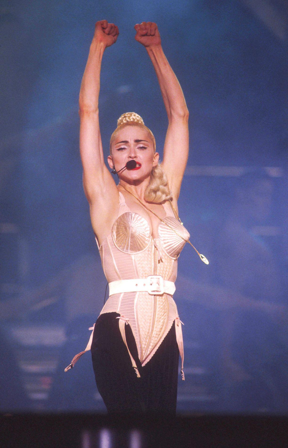 15 khoảnh khắc thời trang ấn tượng nhất những năm 90, có bộ cánh vẫn giữ nguyên tính thời thượng đến tận bây giờ - Ảnh 1.