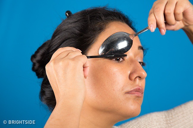 10 mẹo trang điểm nhỏ mà có võ giúp chị em loại bỏ hầu hết các nhược điểm trên khuôn mặt - Ảnh 7.