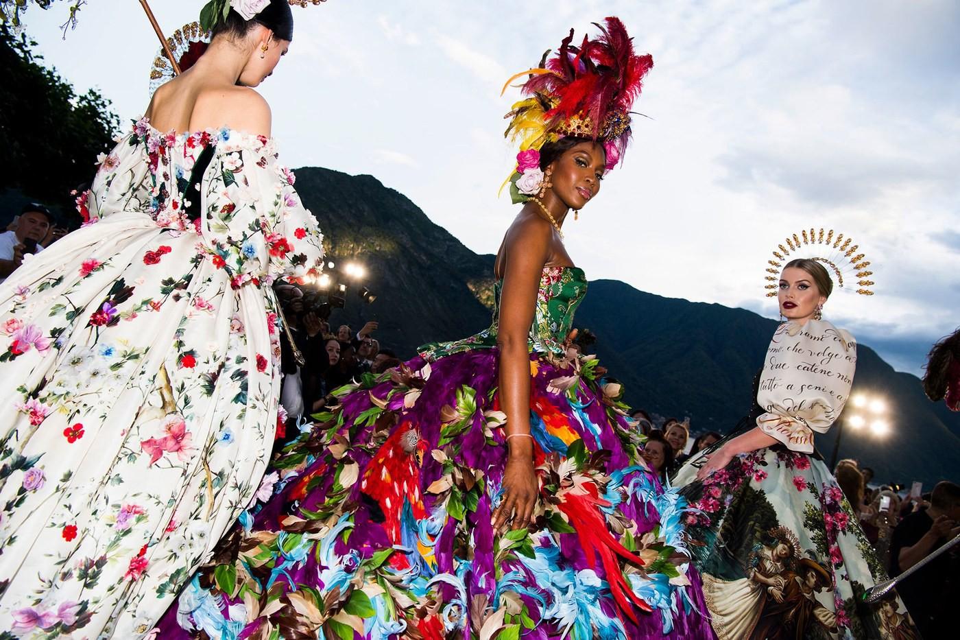 Lại tổ chức lễ hội phù hoa và cháu gái Công nương Diana chính là bông hoa rực rỡ nhất! - Ảnh 3.