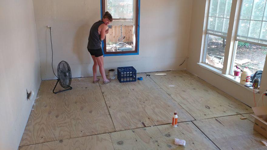 2 cô gái cắt dát giường gỗ thành từng miếng để lát sàn nhà, nghe thấy lạ mà rồi ai cũng phải phục sát đất vì độ sáng tạo - Ảnh 2.